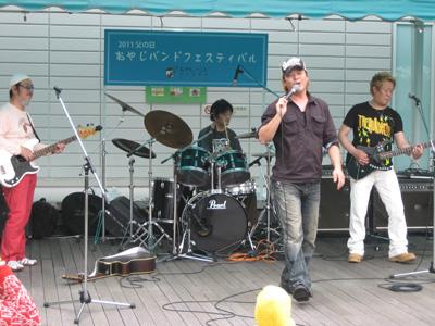 ボーカルのKTAKE(タケ)さんは、明石南を拠点に長年ストリートライヴをやっているとか