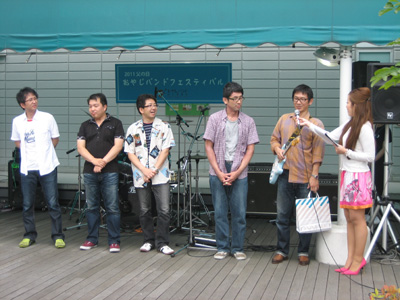 5人中、4人がパパさん。バンド名はリーダー土谷修さんがやっているカフェの名前だそうだ。